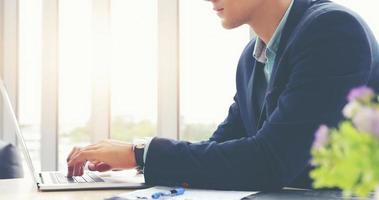 hommes d'affaires utilisant un ordinateur portable et remplissant sérieusement le travail effectué jusqu'à ce que le mal de tête photo