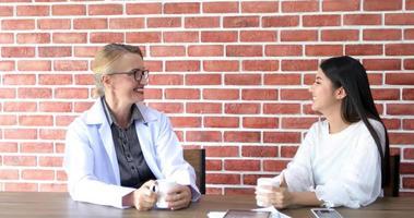 les médecins boivent du café et sourient et rient heureux à l'heure de la pause. photo