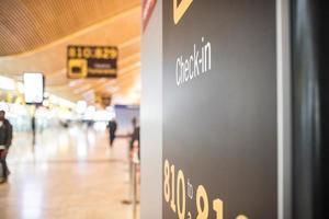 Aérogare à l'intérieur du terminal et comptoir d'enregistrement photo