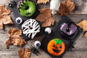 assortiment de beignets d'halloween et de feuilles d'automne photo