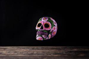 crâne mexicain typique flottant dans l'air et diadème de fleurs photo