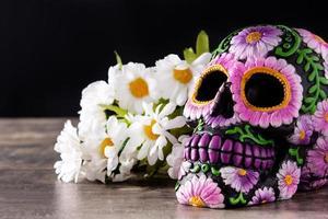 diadème mexicain typique de crâne et de fleurs photo