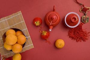 cérémonie du thé traditionnelle avec décoration de paquets rouges fête du nouvel an chinois photo