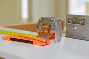 la technologie industrielle fonctionne sur le ruban à mesurer du constructeur de production et le niveau de construction à bulles photo
