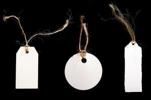 étiquettes blanches avec de la ficelle sur fond noir photo