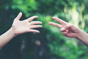 couple jouer rock papier ciseaux main jeu photo