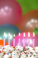 célébration avec des ballons, des bougies et des gâteaux photo