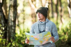 voyageur d'hommes allant seul dans la nature photo