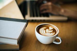 latte art dans une tasse à café sur la table du café photo