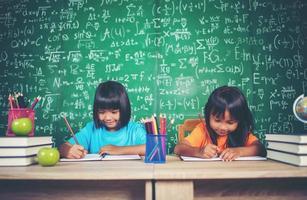 deux fille avec dessin au crayon à la leçon en classe photo