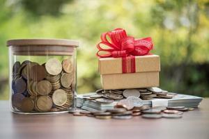 économiser de l'argent pour la pièce de concept d'investissement dans le bocal en verre photo