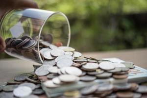mettre des pièces de monnaie dans un pot avec de l'argent étape de croissance croissance économiser de l'argent photo