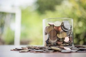 économiser de l'argent pour l'investissement concept coin baht thai dans le bocal en verre photo