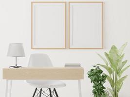 le salon est agrémenté d'une table de rangement. chaise et cadre photo au mur