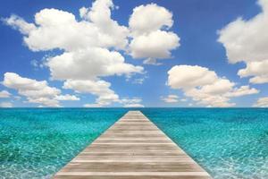 scène de plage de l'océan avec jetée en bois photo
