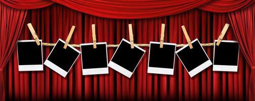 rideaux de théâtre rouges et polaroïds avec lumière et ombres dramatiques photo