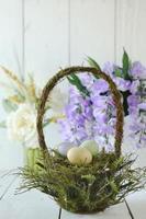 scène de nature morte sur le thème des vacances de pâques à la lumière naturelle photo