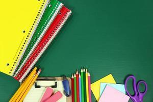 fournitures scolaires sur tableau blanc photo