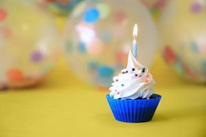 cupcakes lumineux joyeux anniversaire avec des bougies photo