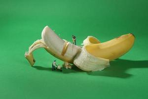 travailleurs de la construction dans l'imagerie alimentaire conceptuelle avec banane photo