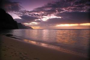 lever du soleil à kauai hawaii avec des couleurs vives photo
