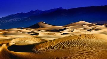 belles formations de dunes de sable dans la vallée de la mort en californie photo