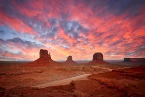 paysage de la vallée des monuments montrant les célèbres buttes navajo photo