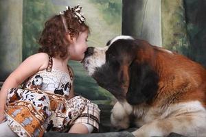 adorable enfant et son chiot saint bernard photo