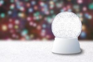 globe de neige vide sur un arrière-plan flou de Noël photo
