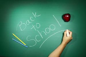 retour à l'école écrit sur un tableau noir photo