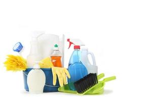 produits de nettoyage ménagers dans un seau bleu photo