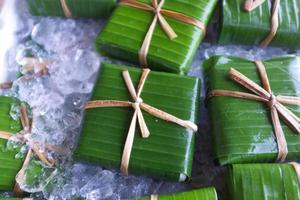 emballage de style thaï traditionnel, tofu fait maison enveloppé dans une feuille de bananier avec de la ficelle naturelle photo