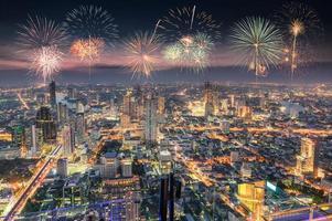 célébration avec feux d'artifice sur la ville de bangkok photo