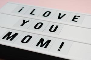 le signe de la fête des mamans sur fond rose pastel dit je t'aime maman, concept d'amour, minimal, espace de copie, design de style photo