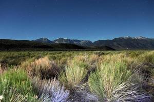 montagnes de la sierra peintes à la lumière avec des traînées d'étoiles photo