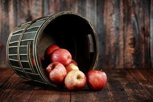 pommes rouges sur fond grunge bois photo