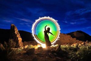 beau modèle posant dans le désert la nuit photo