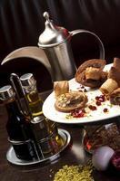 théière traditionnelle arabe et assiette orientale quibe photo