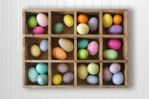 Oeufs de Pâques ornés de vacances décorés dans une boîte photo