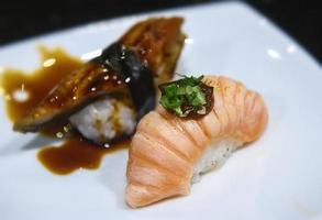 tranche de ventre de saumon japonais et brûle des sushis. photo