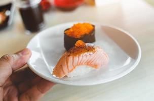 dessus de grill sushi au saumon avec miso sucré. photo