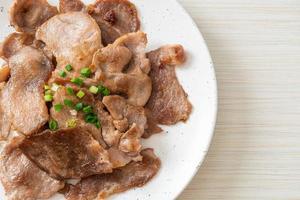 cou de porc grillé tranché sur plaque photo
