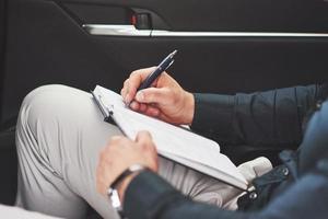 siège d'auto de notes d'écriture de main d'affaires. photo