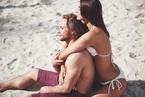 un couple romantique sur la plage en maillot de bain, de beaux jeunes sexy photo