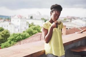 belle jeune femme d'affaires afro-américaine, boire du café dans un café. bel endroit confortable photo