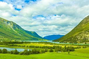 incroyable paysage norvégien montagnes colorées fjord forêts jotunheimen norvège photo