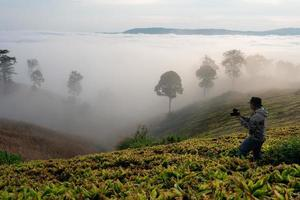 blogueur de voyage filmant du contenu vidéo dans l'emplacement de la montagne dans la province de loei, en thaïlande. photo