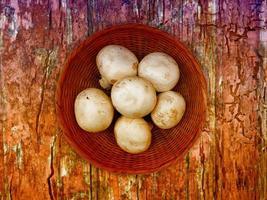 champignons sur le fond en bois photo