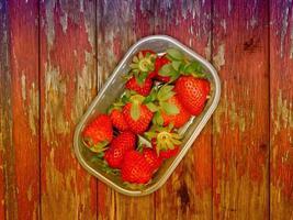 fraises sur fond de bois photo