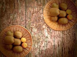fruits sur le fond en bois photo